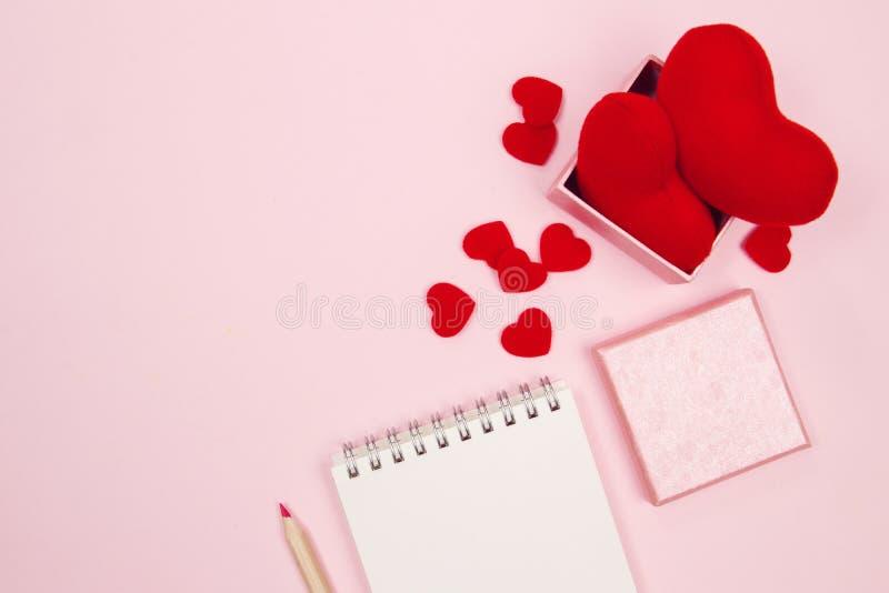 Weiblicher Schreibtischarbeitsplatz mit Spott herauf leeres Notizbuch, Geschenkbox lizenzfreies stockbild