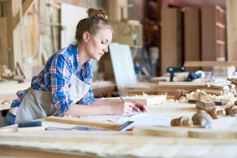Weiblicher Schreinerei-Manager in der Werkstatt lizenzfreie stockbilder