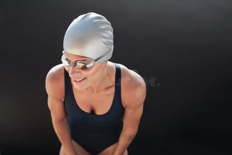Weiblicher Schwimmer auf schwarzem Hintergrund stockbilder