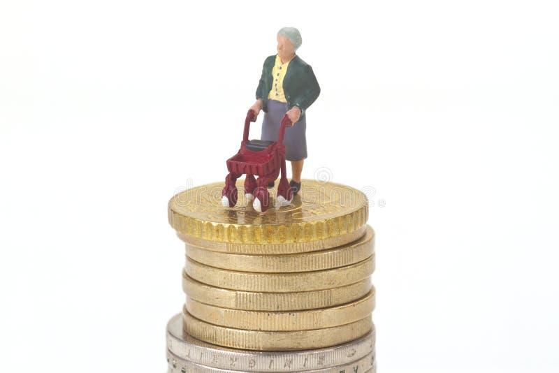 Weiblicher Senior mit gehendem Rahmen lizenzfreie stockfotos