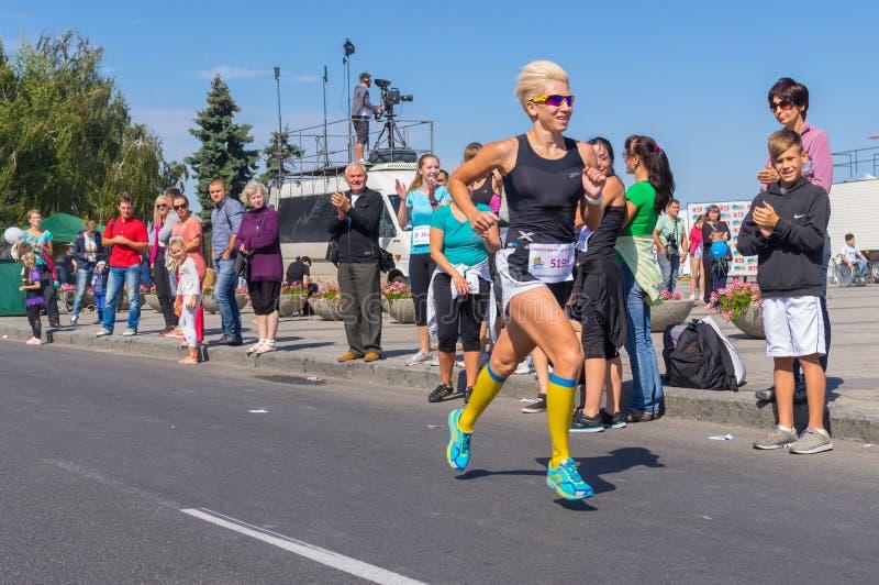 Weiblicher Sieger des Laufs für Lebenwettbewerb während der Stadt-Tageseinheimischtätigkeit lizenzfreie stockfotografie