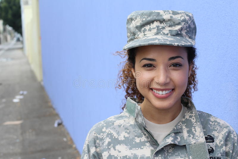 Weiblicher Soldat der glücklichen gesunden ethnischen Armee stockfoto