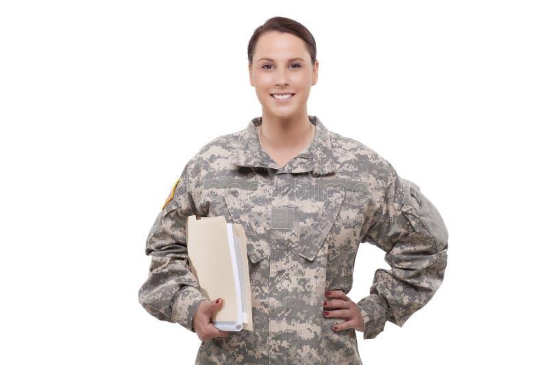 Weiblicher Soldat mit Dokumenten lizenzfreies stockfoto