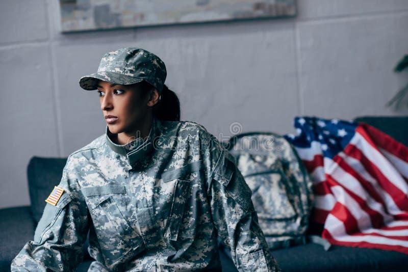 Weiblicher Soldat und amerikanische Flagge lizenzfreies stockfoto