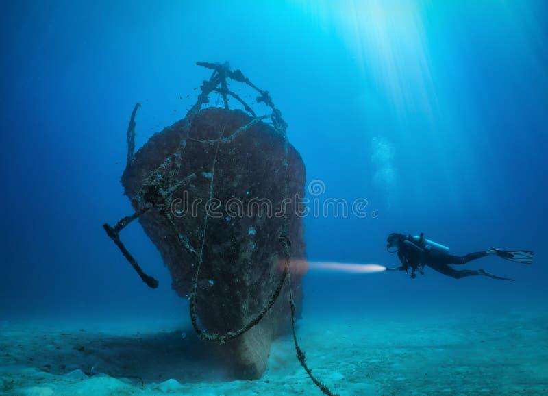 Weiblicher Sporttaucher erforscht einen versunkenen Schiffbruch in den Malediven-Inseln lizenzfreies stockbild