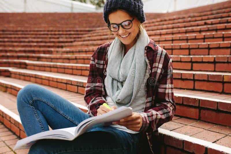Weiblicher Student am Campus lizenzfreie stockfotografie