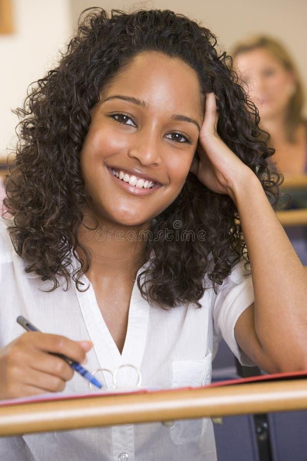 Weiblicher Student, der zu einem Vortrag hört lizenzfreies stockbild