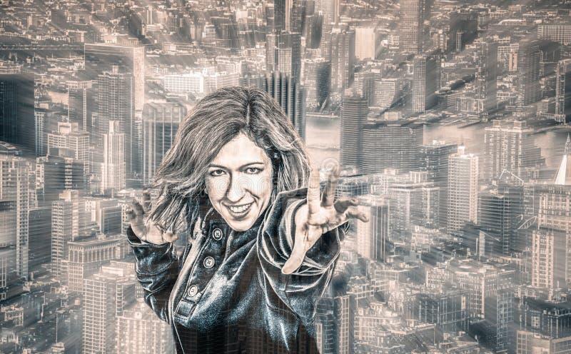 Weiblicher Superheld in der Stadt stockfotografie