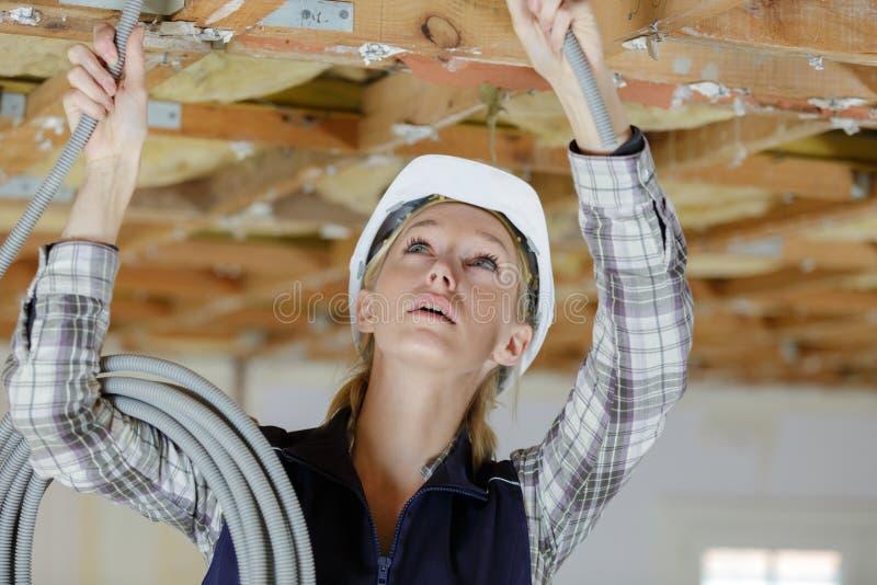 Weiblicher Tischler an der Baustelle stockbilder