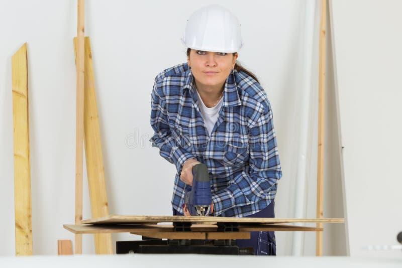 Weiblicher Tischler an der Werkstatt lizenzfreie stockbilder