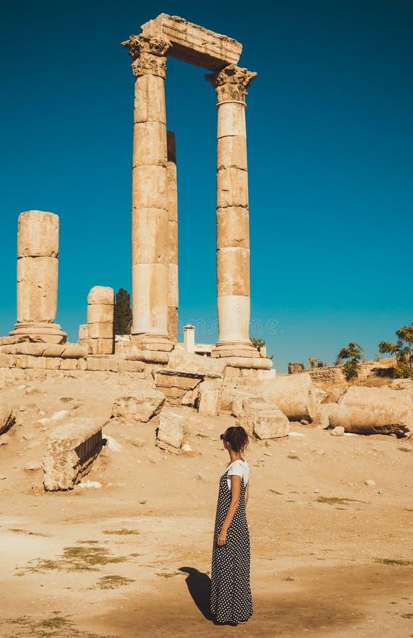 Weiblicher Tourist in den langen sundress Anziehungskraft des Besuchs und der Erforschung historische Frau genießen Sommerferien  lizenzfreie stockfotos