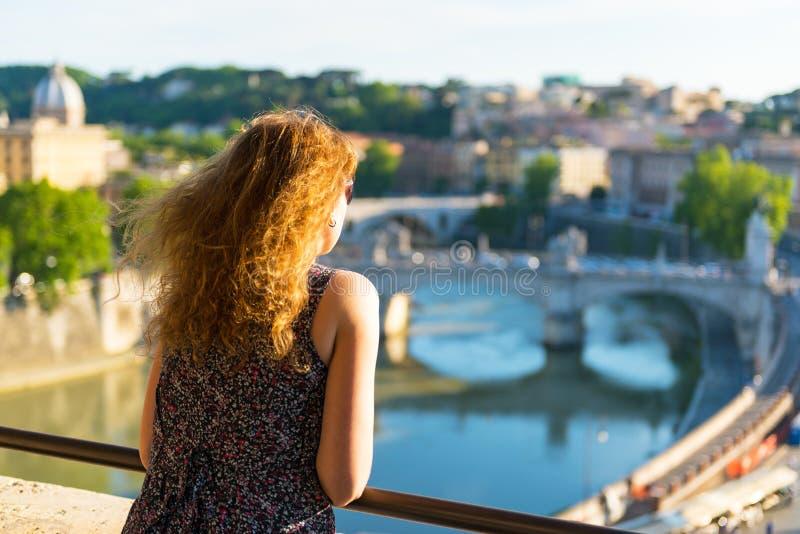 Weiblicher Tourist, der die Ansicht von Rom, Italien bewundert stockfotos