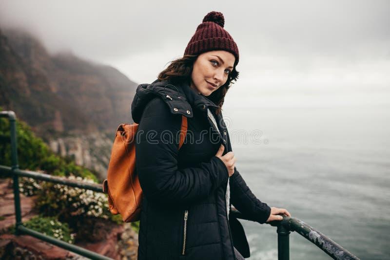 Weiblicher Tourist, der ein Gebirgsspitzengeländer bereitsteht lizenzfreie stockfotografie