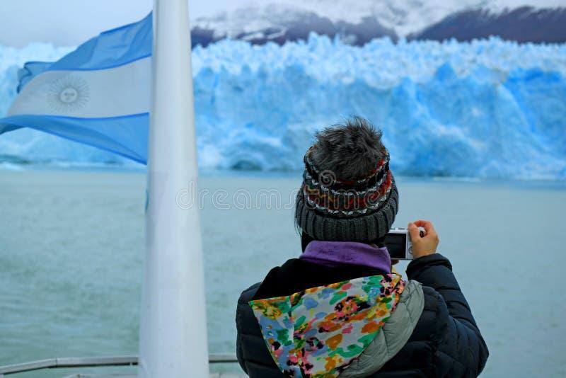 Weiblicher Tourist, der Fotos der Gletscher-Wand von Perito Moreno Glacier vom Kreuzschiff auf See Argentino, Argentinien macht lizenzfreies stockbild