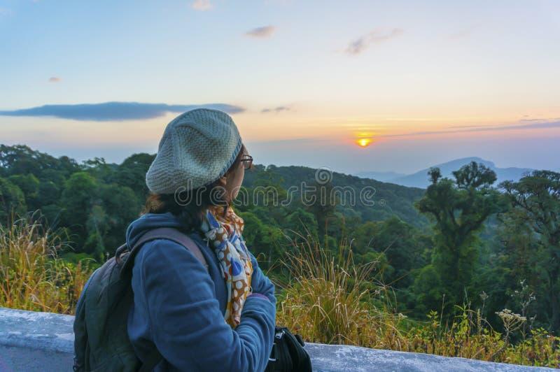Weiblicher Tourist, der Morgensonnenlicht steht und schaut stockfoto
