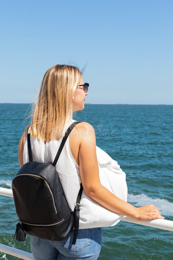 Weiblicher Tourist durch das Meer stockfoto