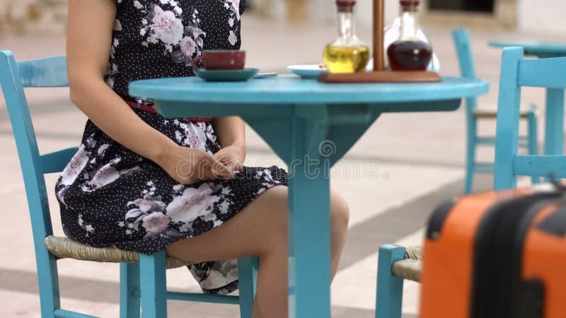 Weiblicher touristischer trinkender Kaffee im Straßencafé, Sommerurlaubsreiseatmosphäre stockfotografie
