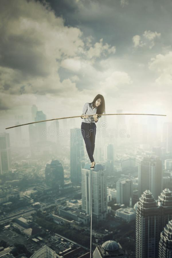 Weiblicher Unternehmer, der auf das Seil geht stockfoto