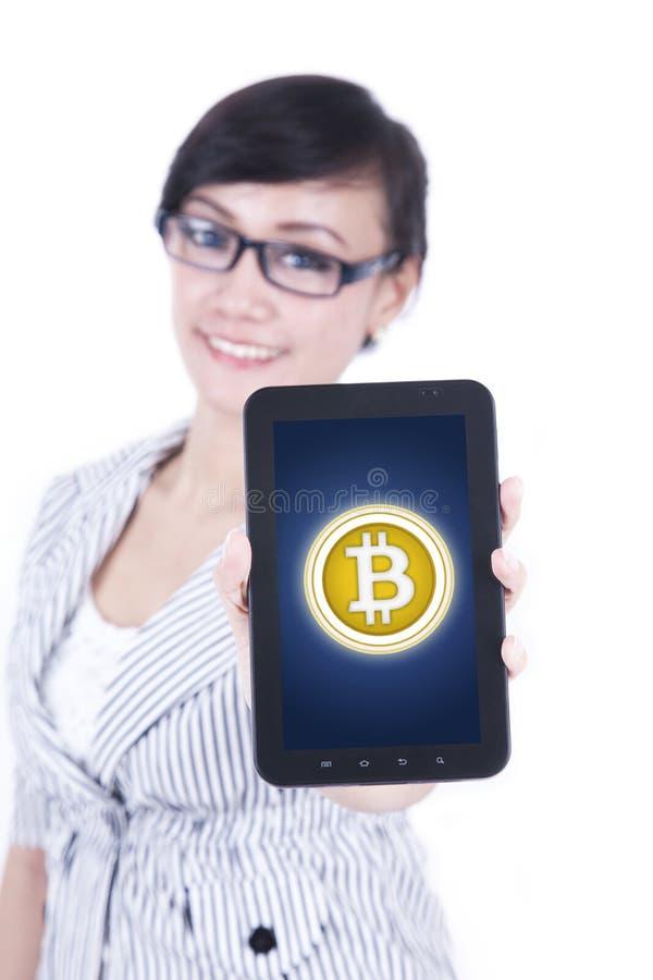 Weiblicher Unternehmer mit bitcoin Symbol auf Studio lizenzfreies stockfoto