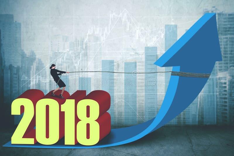 Weiblicher Unternehmer mit Nr. 2018 und Pfeil vektor abbildung