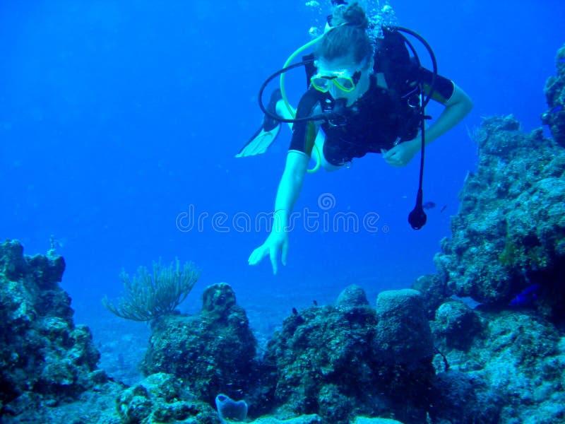 Weiblicher Unterwasseratemgerät-Taucher lizenzfreie stockbilder