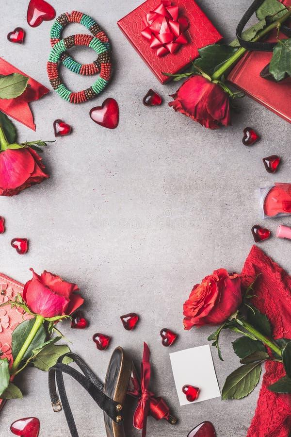 Weiblicher Valentinsgrußtag oder Datierungszubehör und Liebessymbol in der roten Farbe: Schuhe, Armbänder, Geschenk, Schmuck, Ros stockbild