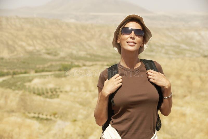 Weiblicher Wanderer, der auf Berg steht stockfoto