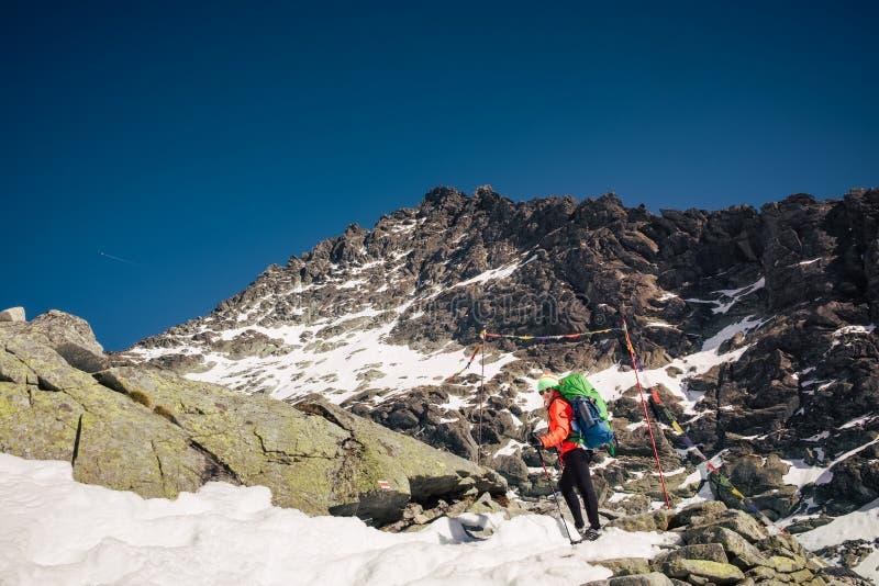 Weiblicher Wanderer, der bis zur Rysy-Bergspitze am Winter klettert stockbild