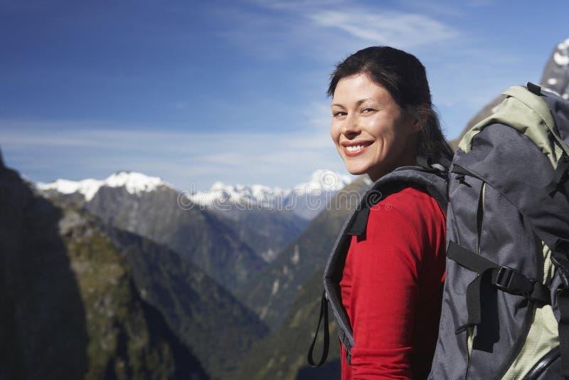 Weiblicher Wanderer mit Rucksack gegen Berge lizenzfreies stockfoto