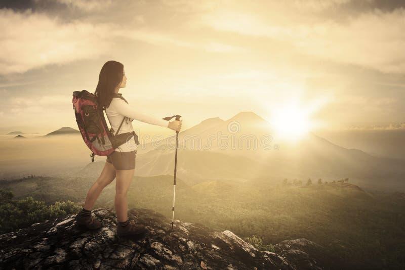 Download Weiblicher Wanderer Mit Stock In Der Klippe Stockfoto - Bild von berg, nave: 90236158