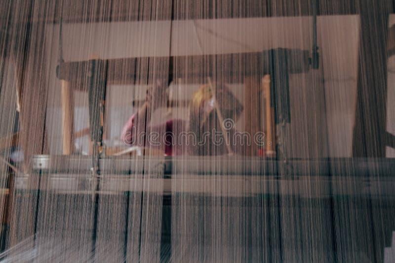 Weiblicher Weber hinter einem authentisches Gewebe-Webstuhl lizenzfreie stockfotografie