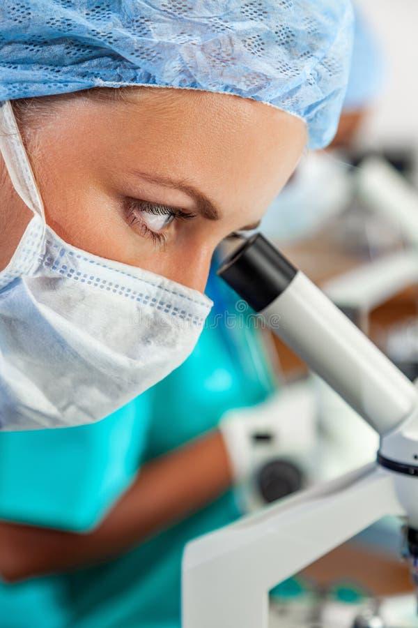 Weiblicher Wissenschaftler im medizinische Forschungs-Labor oder dem Labor lizenzfreies stockbild