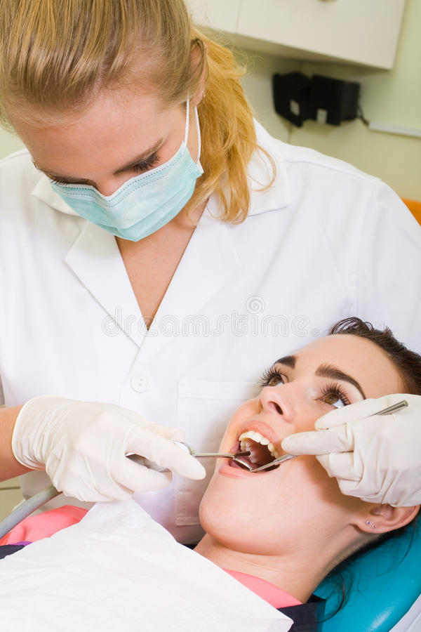 Weiblicher Zahnarzt lizenzfreies stockbild