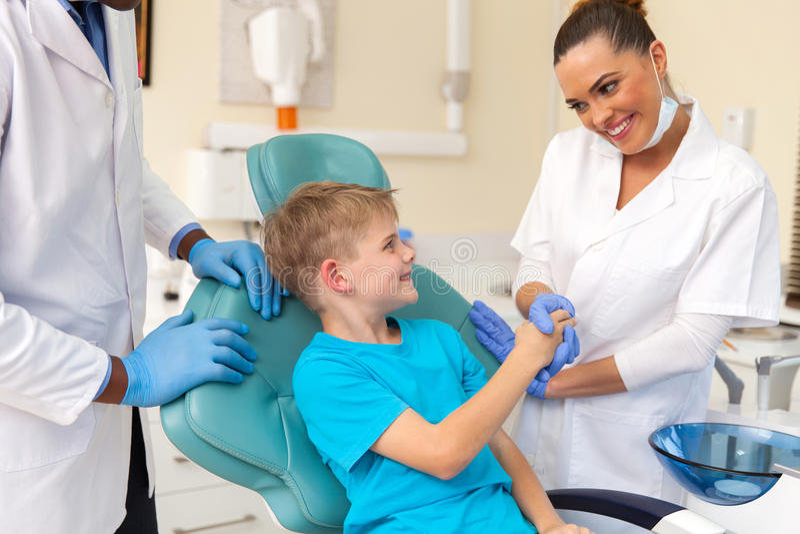 Weiblicher Zahnarzthelfer lizenzfreies stockbild