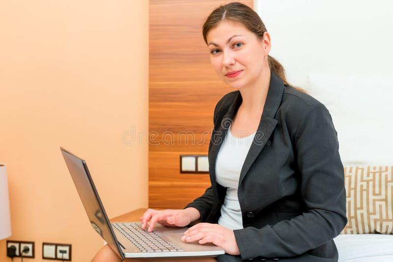 Weibliches Arbeiten an einem Laptop auf einer Geschäftsreise stockfoto