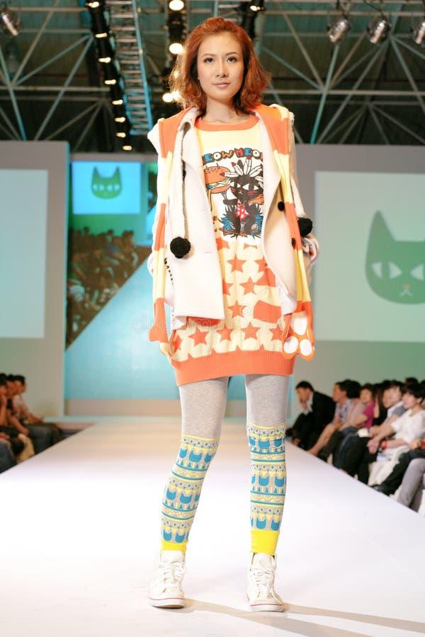 Weibliches Asien-Baumuster an einer Modeschau lizenzfreies stockbild