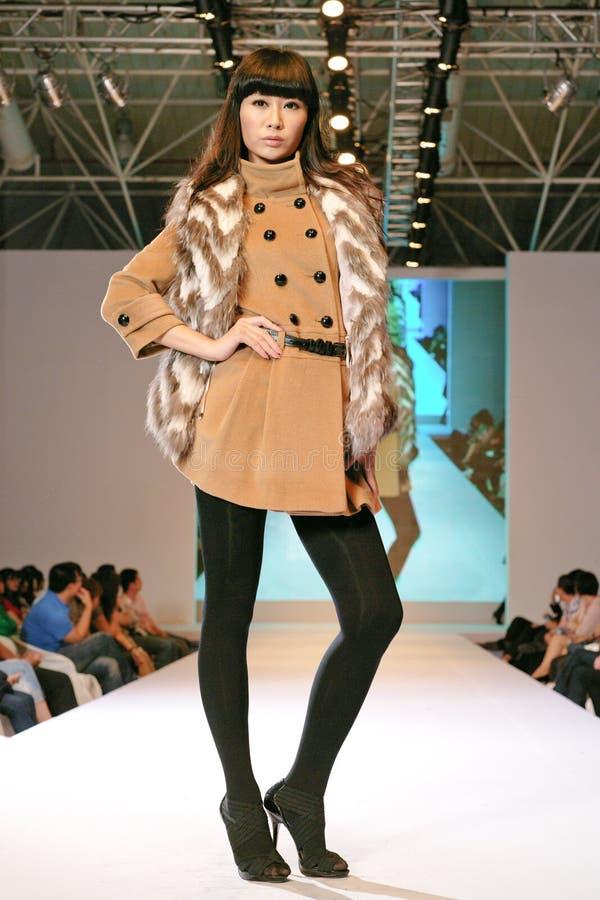Weibliches Asien-Baumuster an einer Modeschau stockbilder