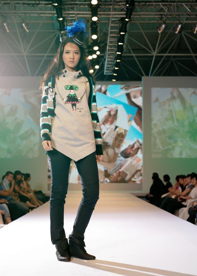 Weibliches Asien-Baumuster an einer Modeschau stockfotografie