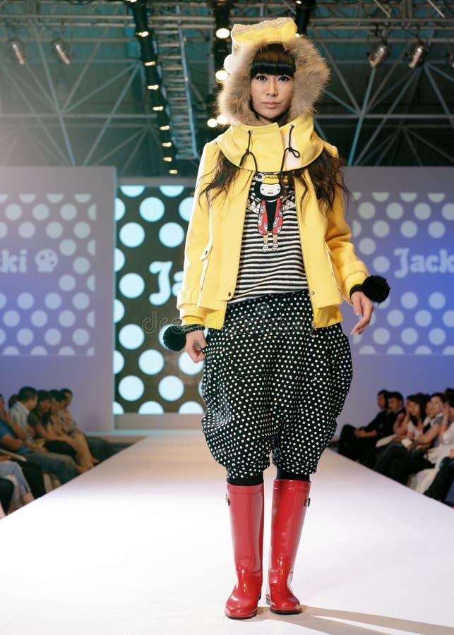 Weibliches Asien-Baumuster an einer Modeschau lizenzfreie stockfotografie