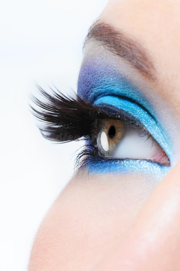 Weibliches Auge mit heller blauer Verfassung lizenzfreie stockbilder