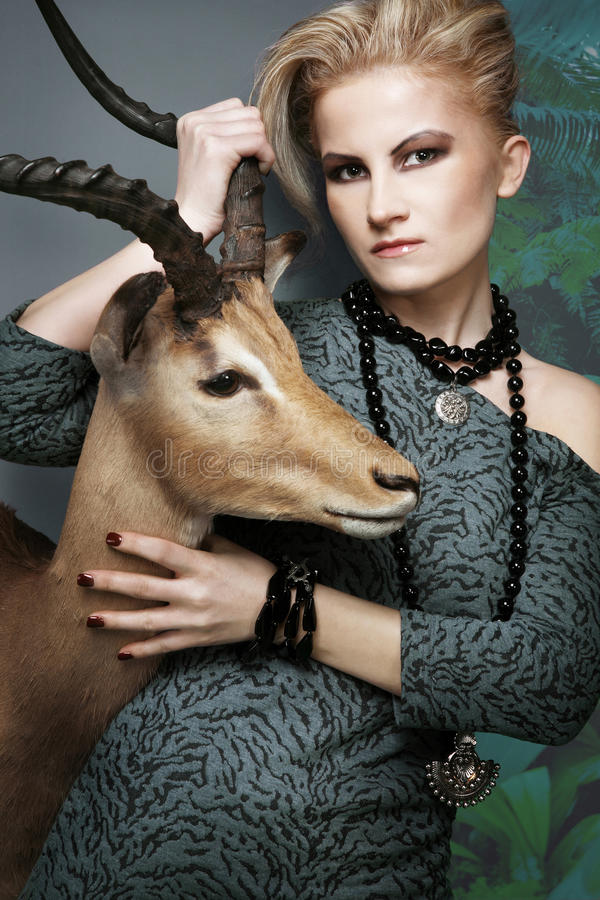 Weibliches Baumuster der Art und Weise mit dem blonden Haar. stockfoto