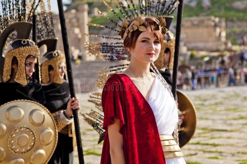 Weibliches Baumuster kleidete im alten römischen Kostüm an stockfoto