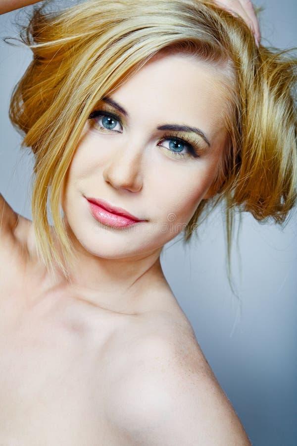 Weibliches Baumuster mit dem langen blonden Haar. lizenzfreies stockfoto