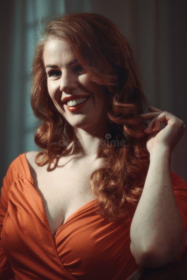 Weibliches Baumuster mit dem roten Haar lizenzfreie stockbilder