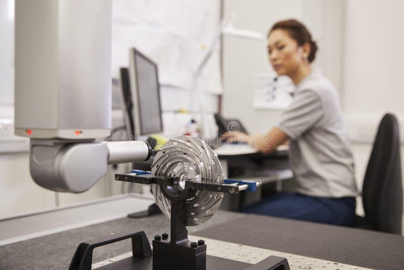 Weibliches beigeordnete Messmaschine Ingenieur-Uses CMM in der Fabrik lizenzfreies stockbild