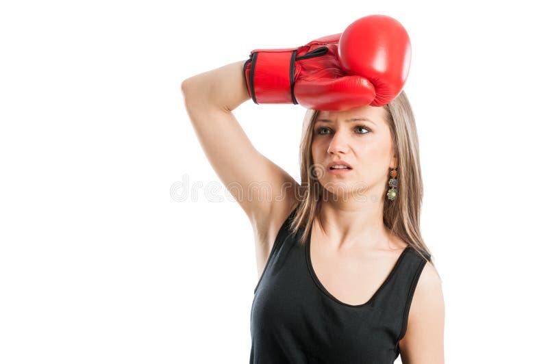 Weibliches Boxergefühl ermüdet und erschöpft stockfotografie