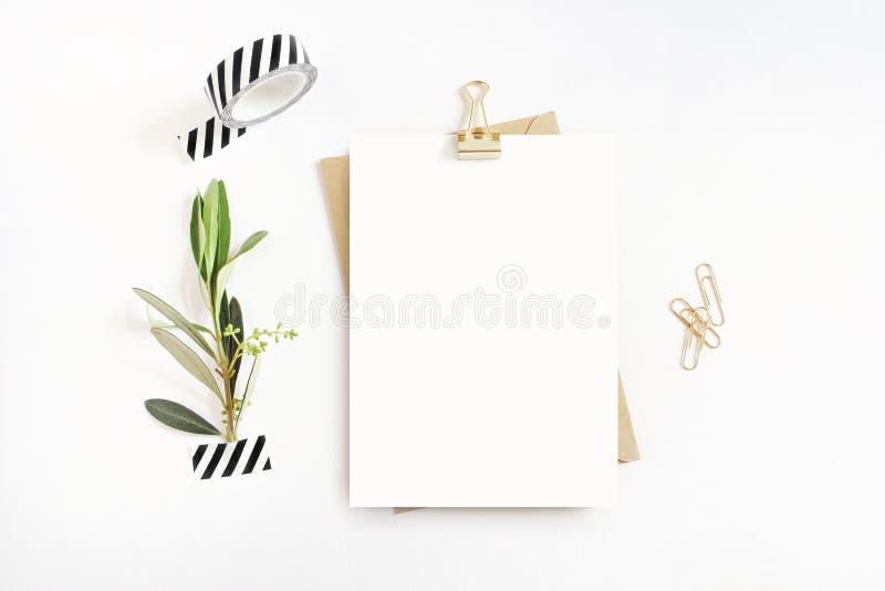 Weibliches Briefpapier, Tischplattenmodellszene Leere Grußkarte, Handwerksumschlag, washi Band und goldenes Papier, Mappe stockfotos