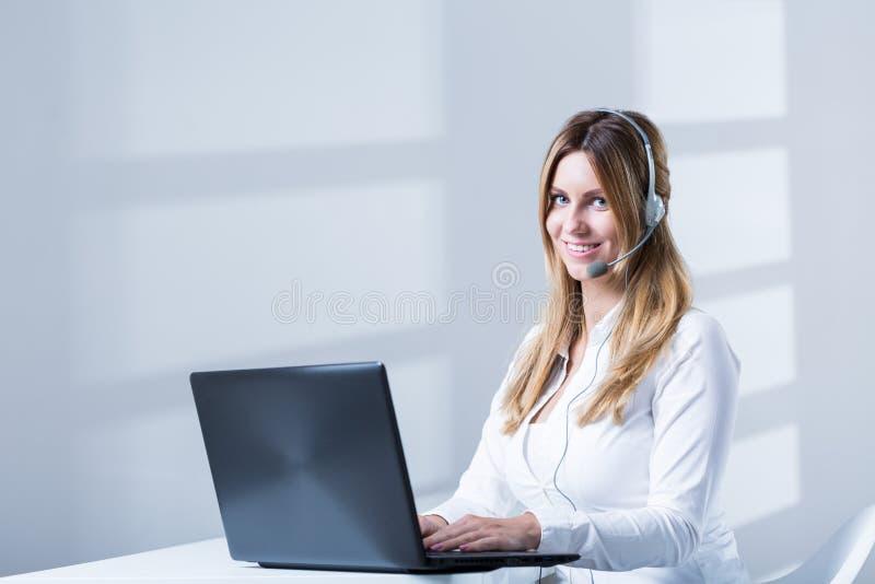 Weibliches consulatnt Telesales während der Arbeit lizenzfreies stockbild