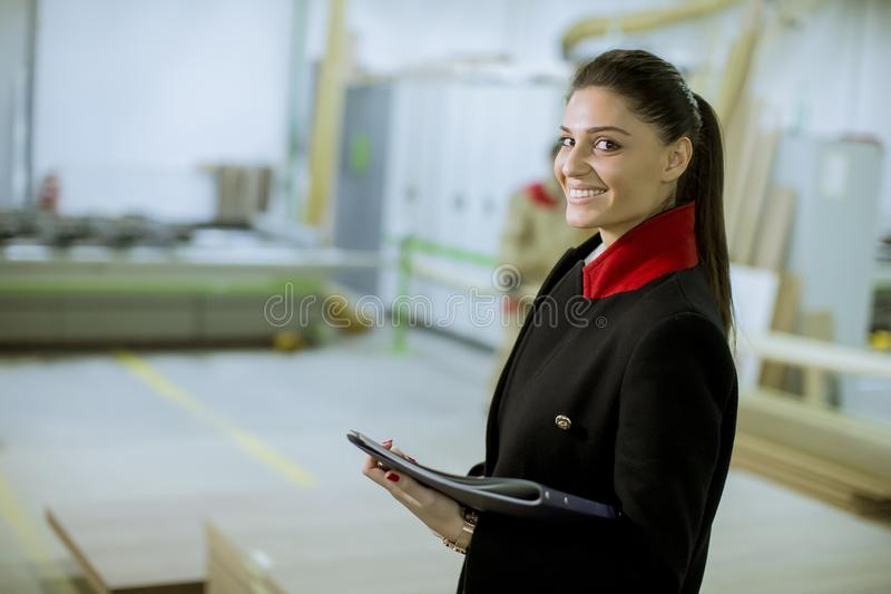 Weibliches controler in der M?belfabrik stockfotografie