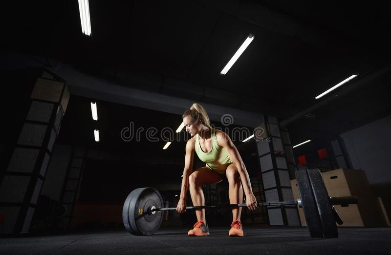 Weibliches crossfit Athletentrainieren stockfoto